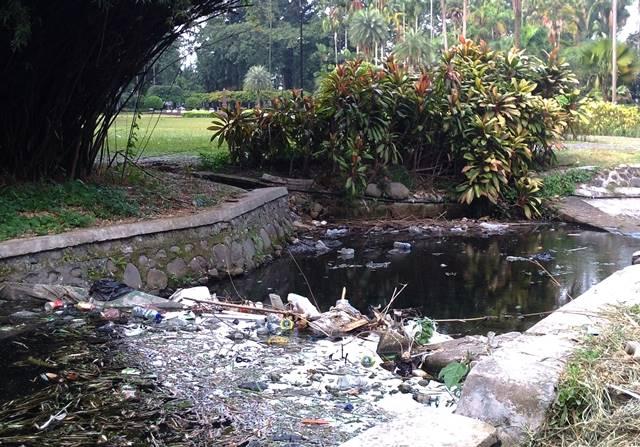 Pengunjung Tidak Peduli Pengelola Lalai Hasilnya Bau Busuk Di Sudut Taman Teijsman (3)