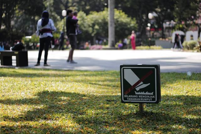 Tata Tertib Pengunjung Taman Kencana Yang Harus Dipatuhi - dilarang menginjak rumput