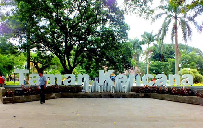 Tips Memotret Dengan Latar Belakang Nama Taman Kencana