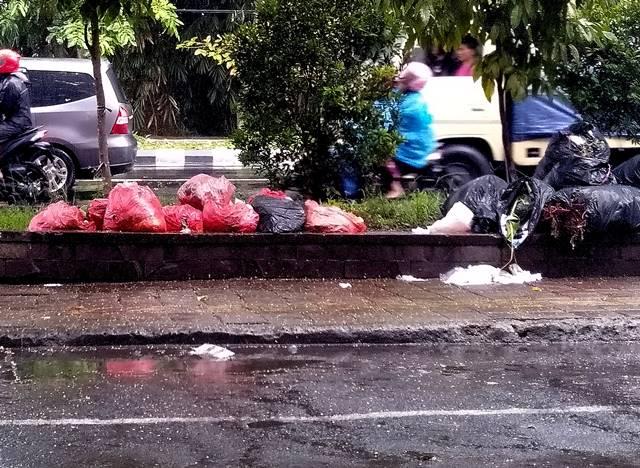 #Menyebalkan : Tumpukan Sampah Menghadirkan Jengkel