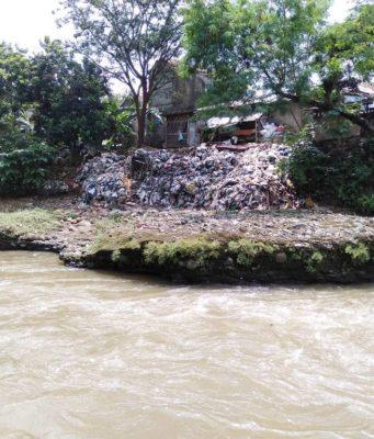 5 Benda Ini Diangkat Dari Sungai Ciliwung Oleh Komunitas Peduli Ciliwung
