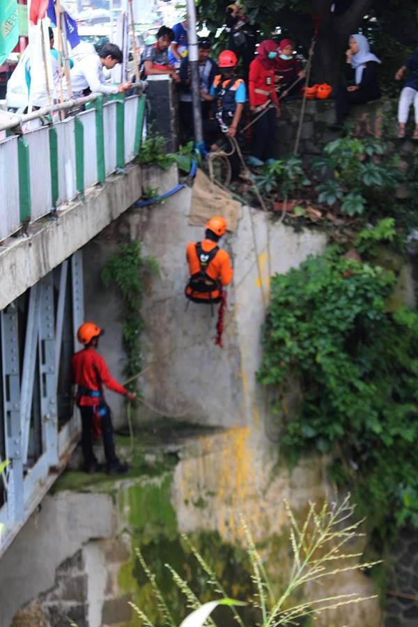 Perjuangan Relawan Peduli Ciliwung Dalam Memungut Sampah di Sungai