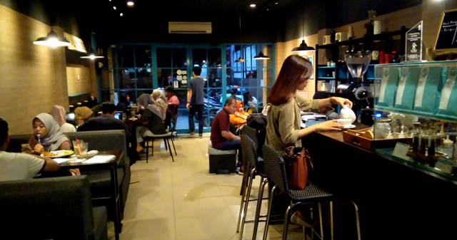 Daily Dose Coffee Anda Eatery - Ketika Kopi dan Buku Bersatu D