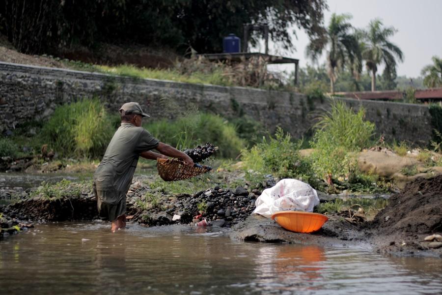 Sang Penambang Pasir Sungai Ciliwung Bogor005