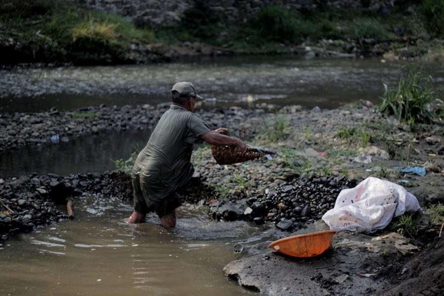 Sang Penambang Pasir Sungai Ciliwung Bogor006