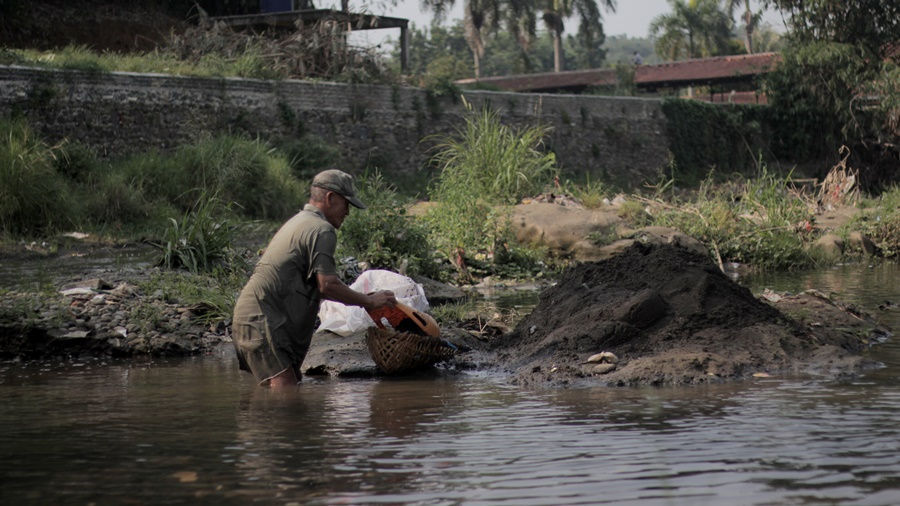 Sang Pencari Pasir Sungai Ciliwung Bogor002 (1)