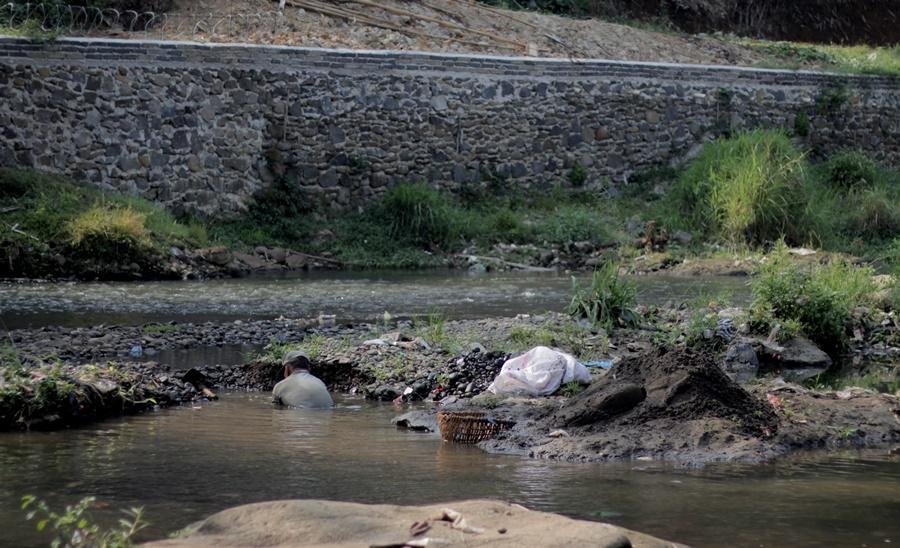 Sang Pencari Pasir Sungai Ciliwung Bogor002 (3)