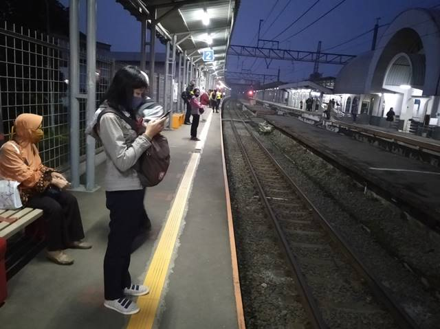 Jacket and Long Sleeve Shirt A Must For Indonesian Commuters