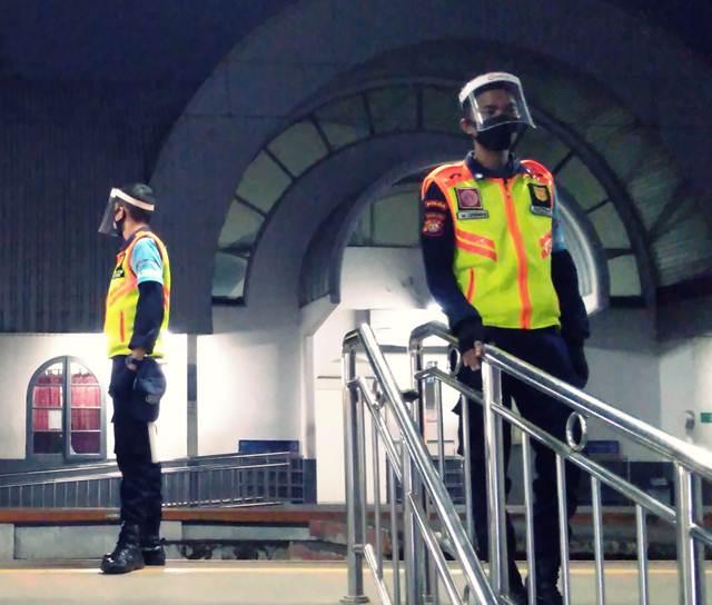 Perlukah Memakai Face Shield atau Pelindung Wajah Saat Naik Commuter Line