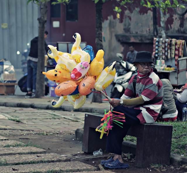 Foto Pedagang Balon Tua Lapangan Sempur